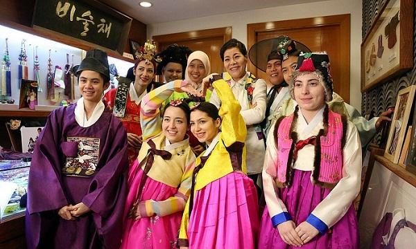 Bạn còn có thể mặc đồ Hanbok - trang phục truyền thống người HQ để chụp hình