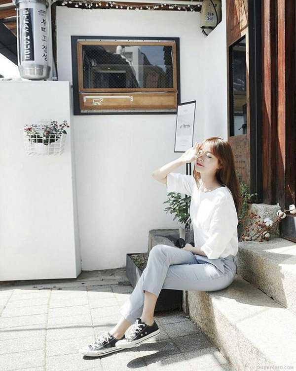 cách tạo dáng chụp ảnh đẹp - ngồi bắt chéo chân, tay che nắng