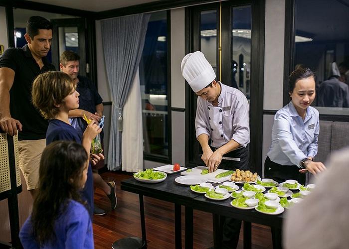 Thưởng thức ẩm thực trên du thuyền