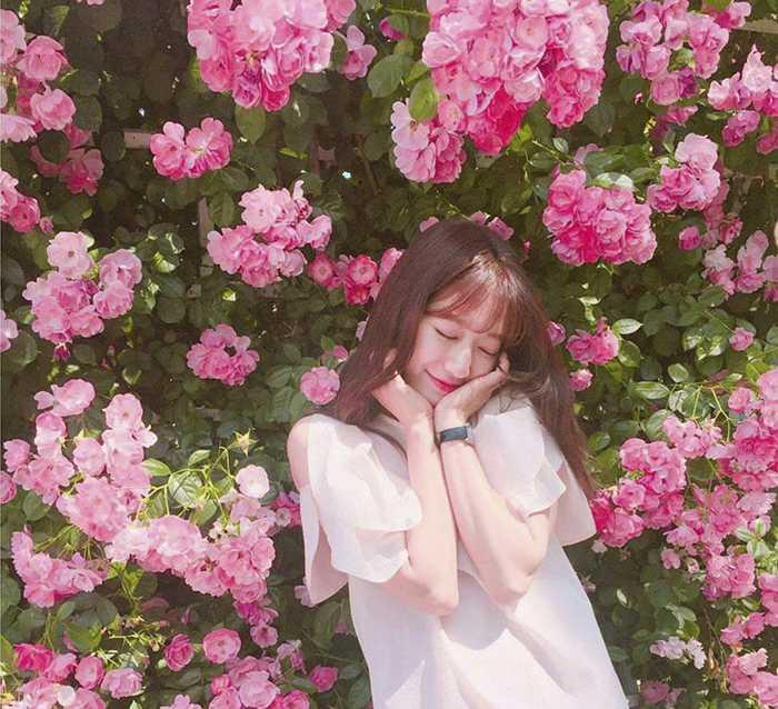 cách tạo dáng chụp ảnh đẹp - Tạo dáng dễ thương với hoa