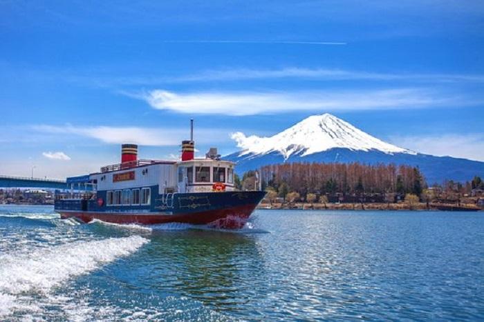 Du thuyền trên hồ Kawaguchi