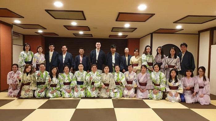 Đoàn khách trải nghiệm mặc Kimono