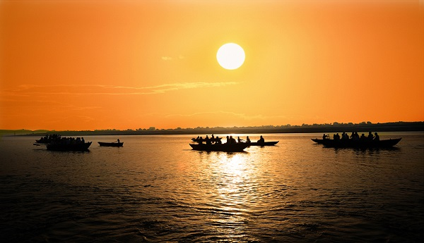 Khung cảnh bình minh trên sông Hằng