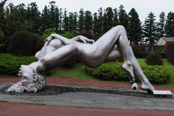 Những bức tượng độc đáo về giáo dục giới tính