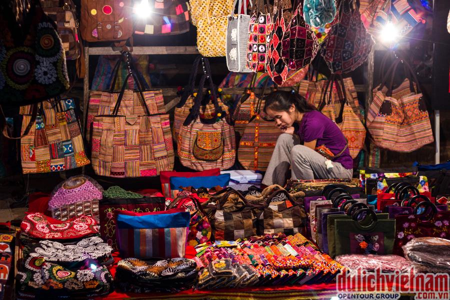 Thỏa sức mua sắm quà lưu niệm tại Chợ đêm Thakhet