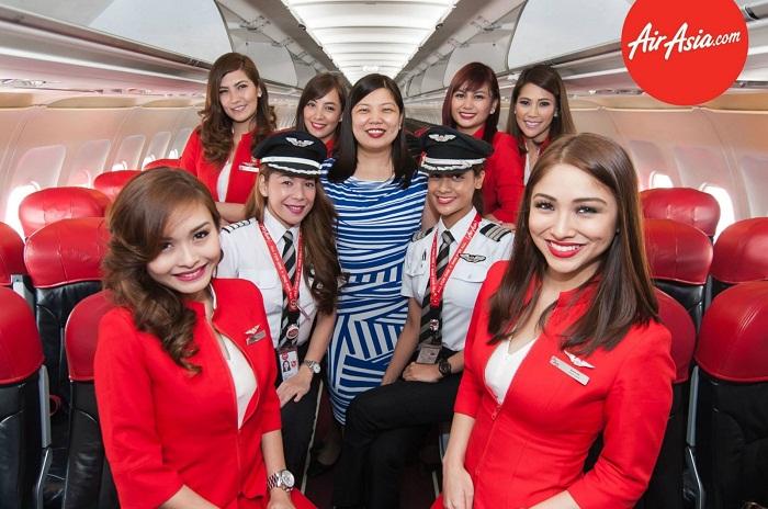 Nhân viên hãng hàng không Air Asia thân thiện, gần gũi khách hàng