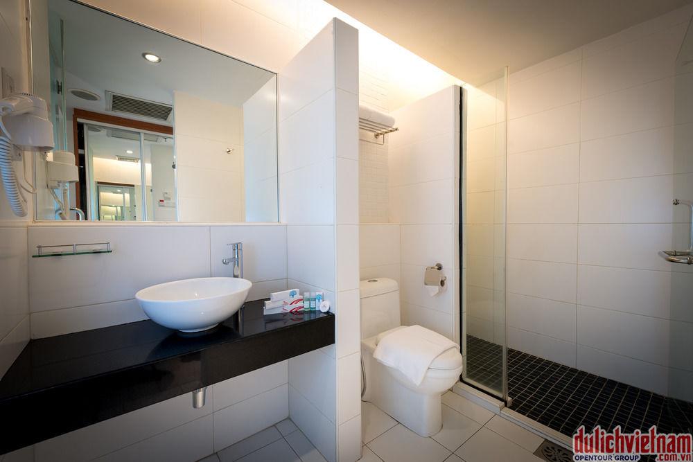 Phòng tắm sạch sẽ, đầy đủ dụng cụ