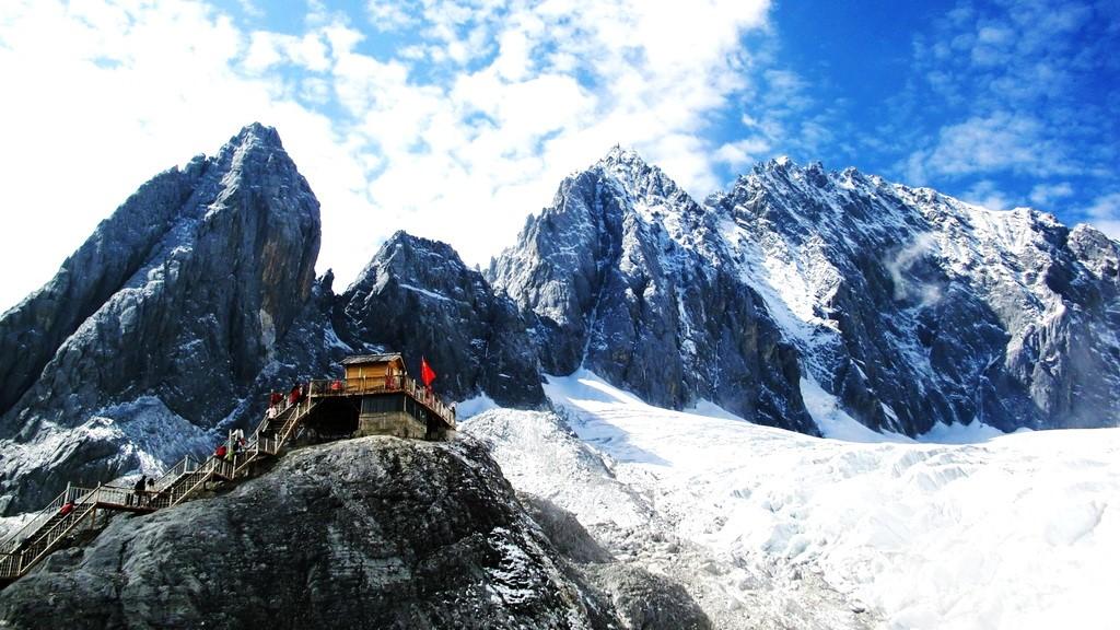 Tham quan Cảnh Núi Tuyết Ngọc Long