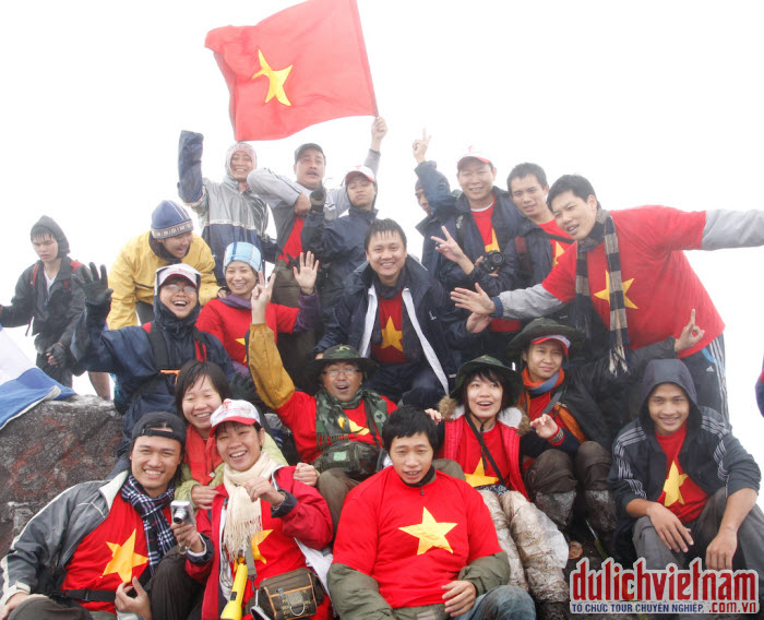 Du khách chụp ảnh lưu niệm trên đỉnh Fansipan