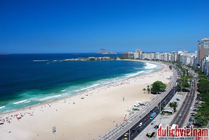 Bải biển Copacabana điểm du lịch nổi tiếng ở Brazil