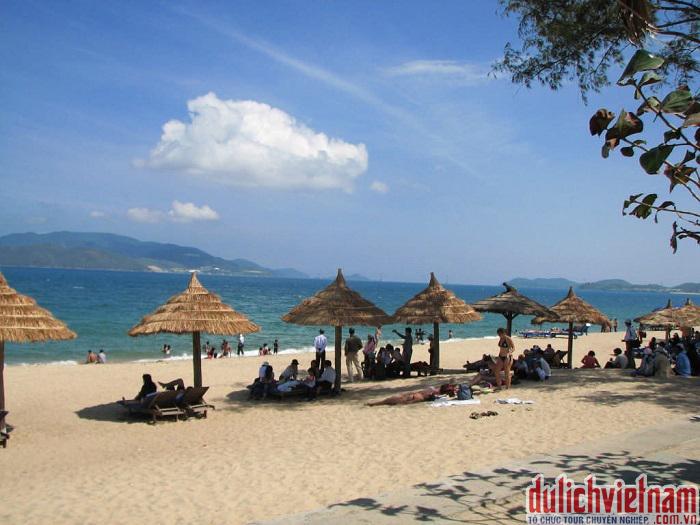 Du khách nghỉ dưỡng trên bãi biển Của Lò