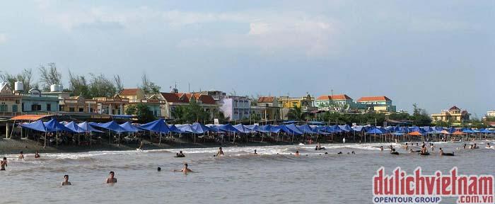 Du khách tắm Biển Quất Lâm