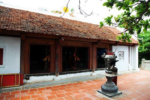 Phái bên trong chùa Cô Tiên
