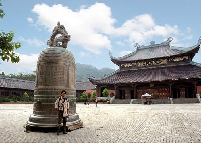 https://tour.dulichvietnam.com.vn/uploads/image/du-lich-bai-dinh/chuong-chua-bai-dinh.jpg