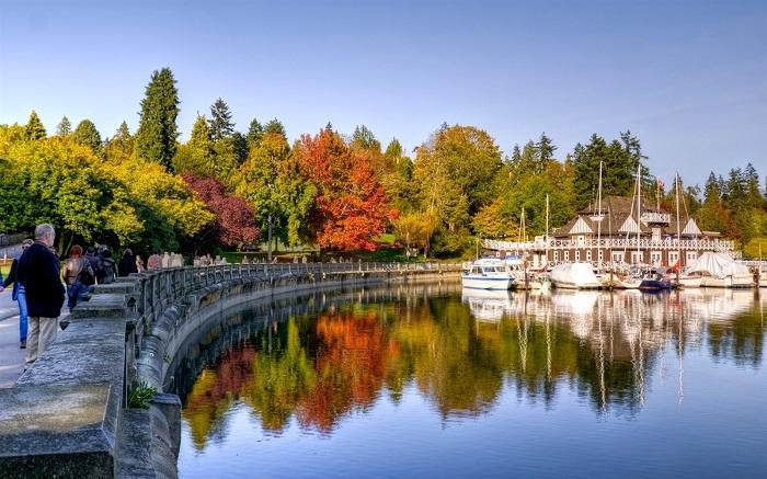 Đi bộ trên đường mòn Bờ Tây ở Đảo Vancouver khi đến định cư Canada