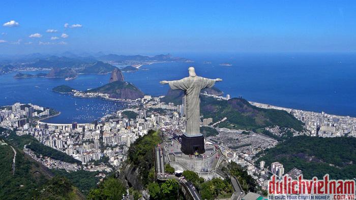 Tượng chúa cứu thế đứng dang hai tay ban phép lành cho Rio