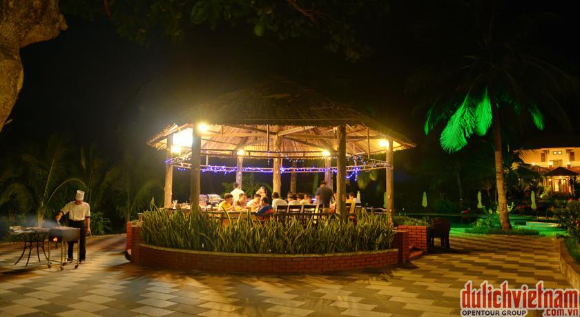 Nhà hàng CoCo phục vụ các món Á, Âu và hải sản của Côn Đảo