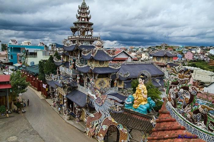 Chùa Linh Phước - với lối kiến trúc cầu kỳ, tuyệt đẹp, đặc biệt là sự hoàn thành điện thờ 324 Tượng Phật Quan Thế Âm Bồ Tát uy nghi, lộng lẫy.