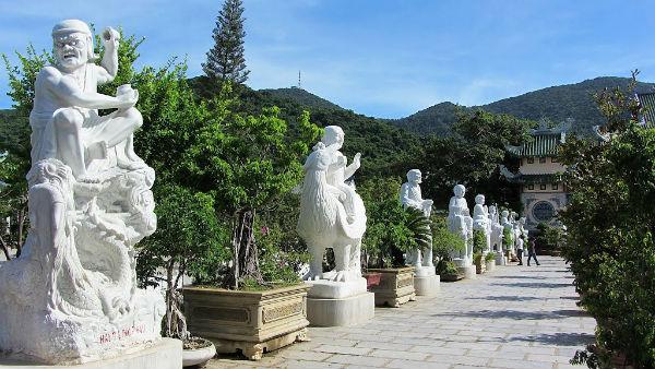 Tại sân Chùa Linh Ứng có tới 18 pho tượng La Hán được điêu khắc tinh xảo