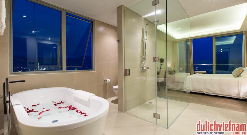 Phòng tắm với đầy đủ dụng cụ và có cửa nhìn ra hướng biển