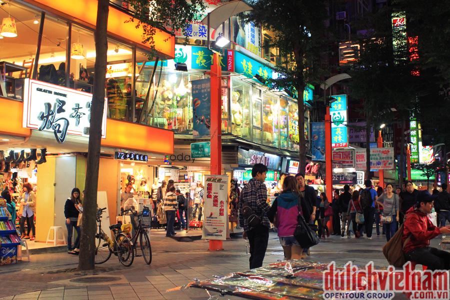Dạo phố Tây Môn Đinh tham quan các cửa hiệu buôn bán đủ loại mặt hàng từ quần áo cho đến đồ gia dụng