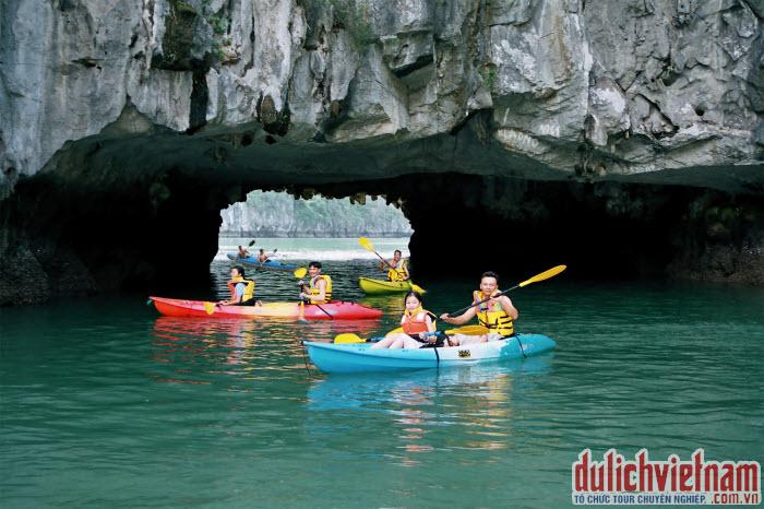 Du khách chèo kayak