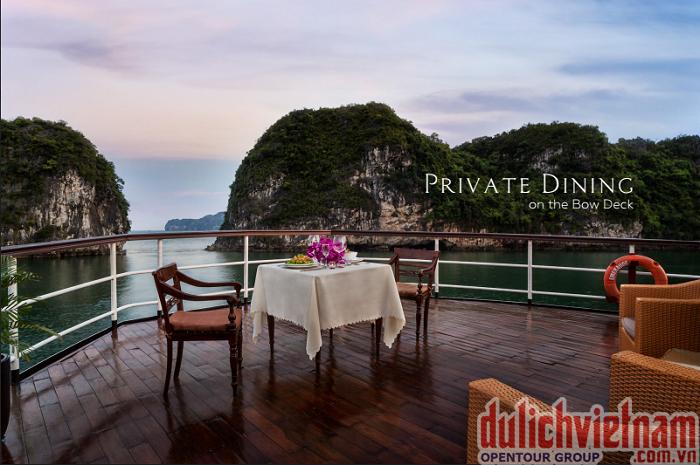 Du khách có thể vừa thưởng thức những món ăn ngon, vừa ngắm cảnh Vịnh Hạ Long
