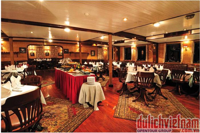 Nhà hàng sang trọng của du thuyền Emeraude