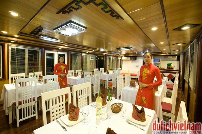 Nhà hàng trên du thuyền Legacy Cruise được thiết kế với không gian ấm cúng