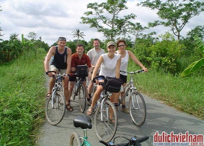 Du khách đạp xe ở vùng quê miền Tây