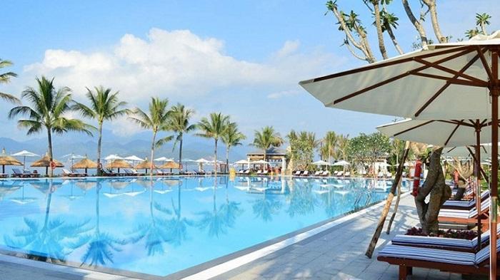 Bể bơi phục vu khách tại khách sạn