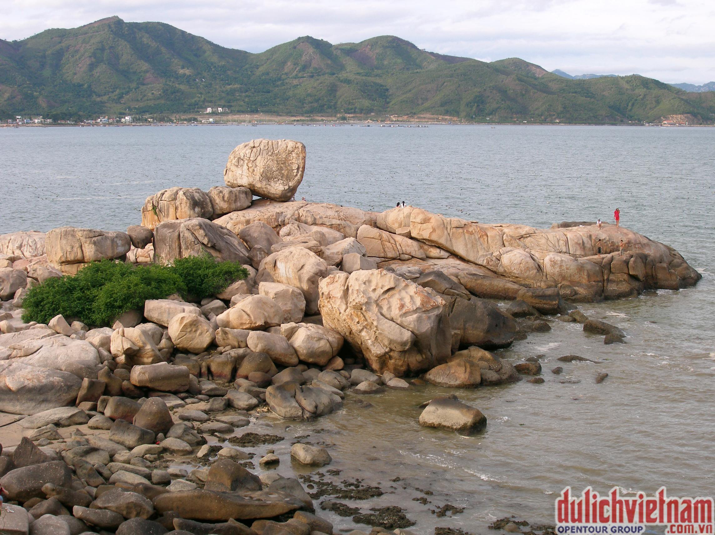 Vẻ đẹp hoang sơ của Hòn Chồng tại Nha Trang