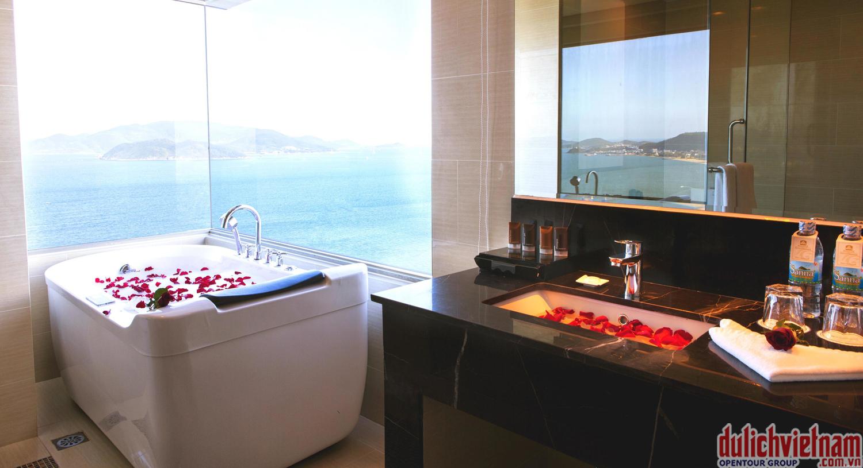 Phòng tắm được trang bị đầy đủ bồn tắm, vòi hoa sen phun mưa
