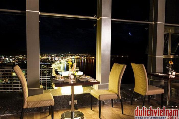 Không gian nhà hàng lãng mạn hướng ra biển