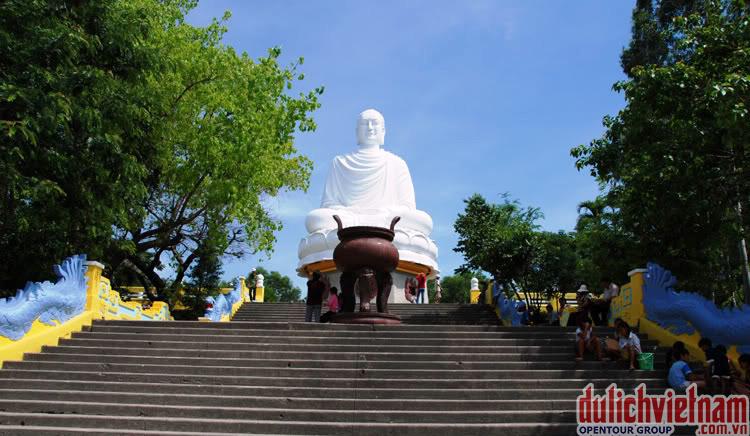 Bạn có cơ hội được chiêm ngưỡng Kim Thân Phật Tổ cao 24m ngự trên đỉnh đồi