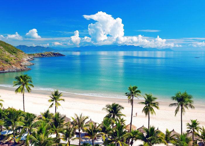 Vẻ đẹp tự nhiên với bãi cát trắng và nước trong xanh của biển Nha Trang
