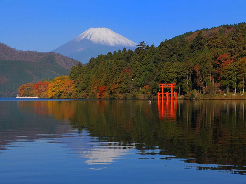 Hồ Ashi - Nằm cạnh núi Phú Sĩ, hồ Ashi là một hồ nước nằm trên miệng núi lửa trong vùng núi lửa Hakone