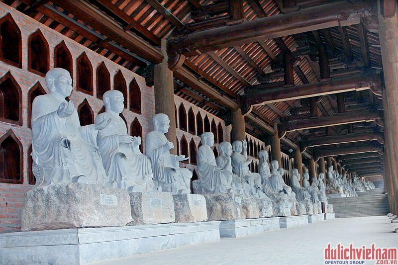 Hành lang La Hán của chùa Bái Đính