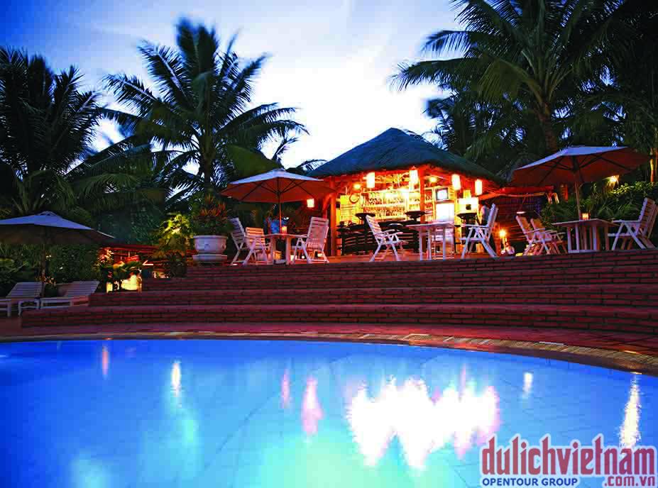 Sài Gòn Phú Quốc Resort có quầy bar ngay cạnh bể bơi
