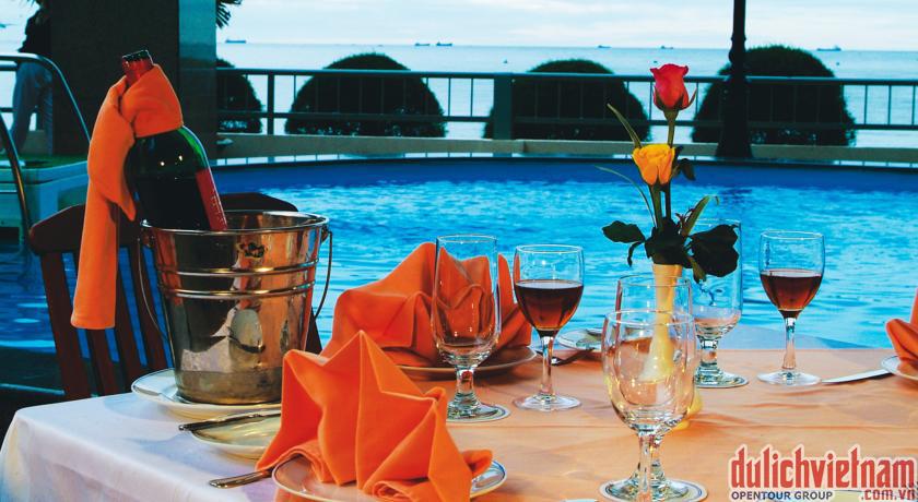 Quán cafe ngay cạnh bể bơi