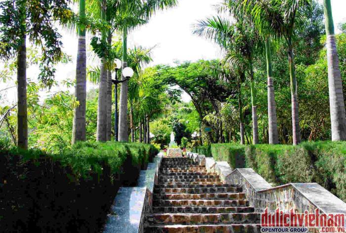 Con đường nhỏ lên khu mộ Hàn Mạc Tử