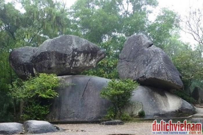 Hòn Trống Mái ở Sầm Sơn