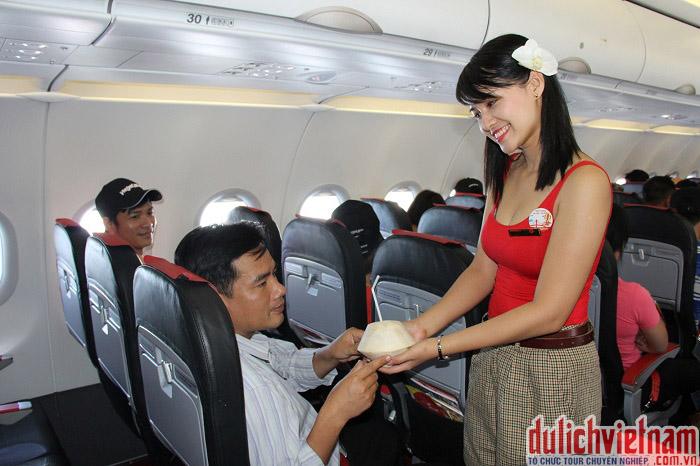 Phục vụ hành khách trên máy bay Viet Jet