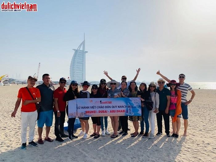 Đoàn chụp hình bên ngoài khách sạn Burj Al Arab