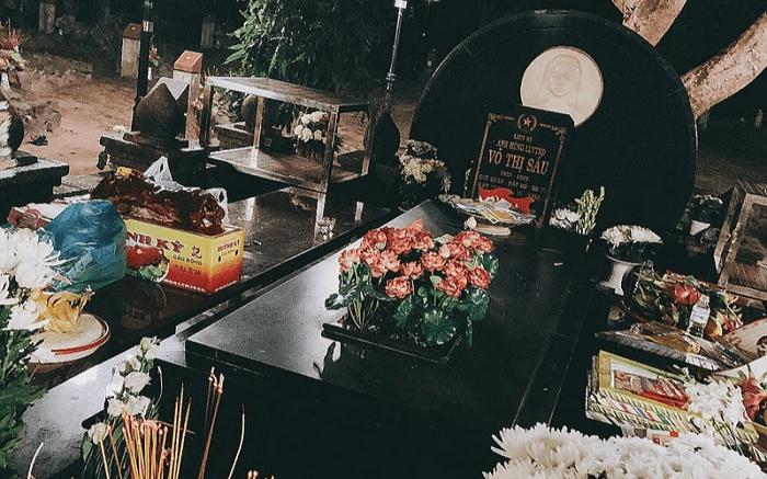 Viếng thăm mộ Võ Thị Sáu trong tour Côn Đảo 3 ngày