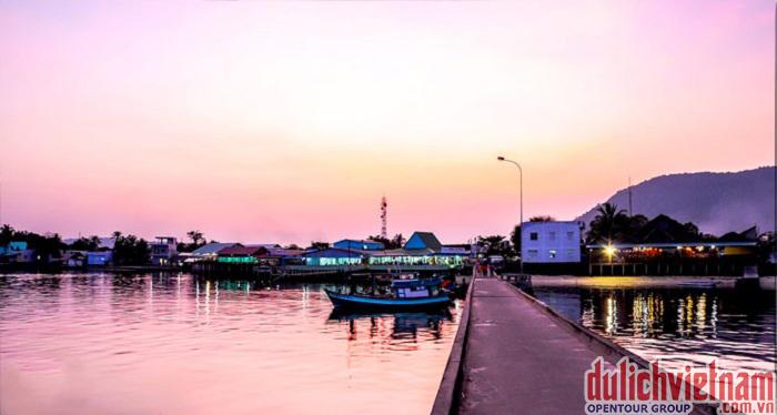 Bình minh trên làng chài cổ Hàm Ninh