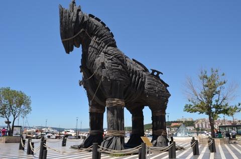 Hình tượng chú ngựa giữa quảng trường